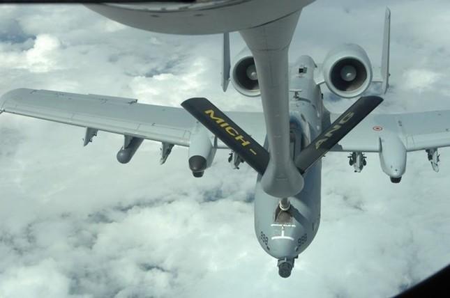 Sức mạnh khủng khiếp của 'Thần Sấm': Máy bay yểm trợ số 1 Mỹ - anh 8