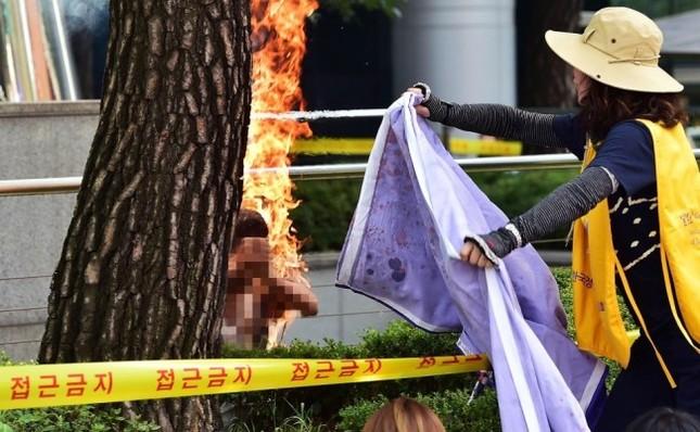 Người đàn ông 81 tuổi tự thiêu trước Đại sứ quán Nhật - anh 1