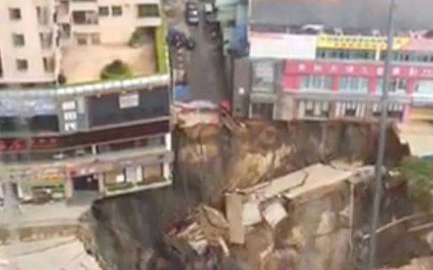 Trung Quốc: Kinh hoàng 'hố tử thần' khổng lồ xuất hiện giữa phố - anh 1