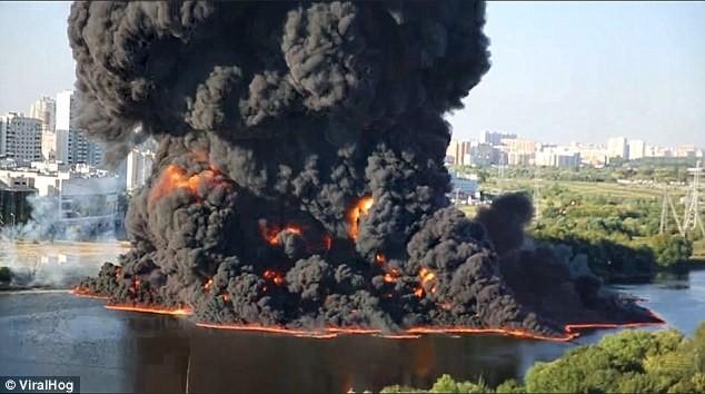 Nga: Nổ đường ống dẫn dầu, khói đen ngùn ngụt bốc lên trời - anh 1