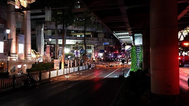 Hiện trường đẫm máu sau vụ đánh bom chấn động Bangkok - anh 2