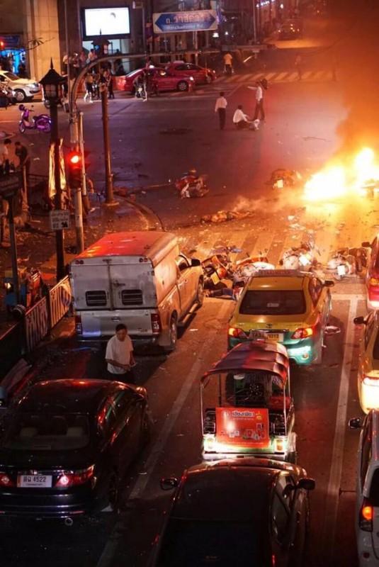 Hiện trường đẫm máu sau vụ đánh bom chấn động Bangkok - anh 3