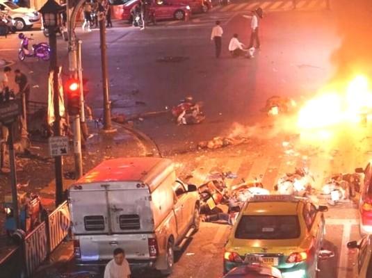 Hiện trường đẫm máu sau vụ đánh bom chấn động Bangkok - anh 1