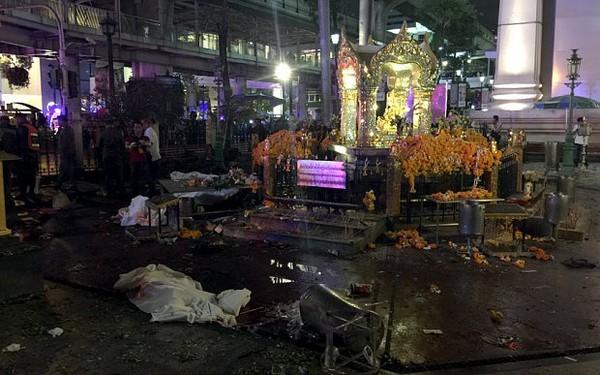 Hiện trường đẫm máu sau vụ đánh bom chấn động Bangkok - anh 7