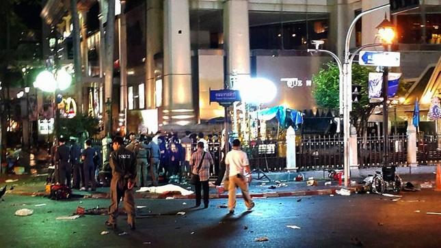 Hiện trường đẫm máu sau vụ đánh bom chấn động Bangkok - anh 10