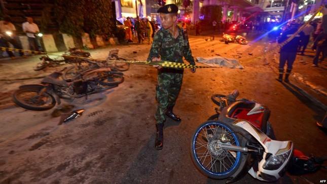 Hiện trường đẫm máu sau vụ đánh bom chấn động Bangkok - anh 12