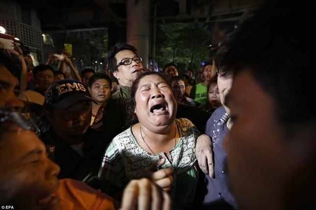Hiện trường đẫm máu sau vụ đánh bom chấn động Bangkok - anh 13