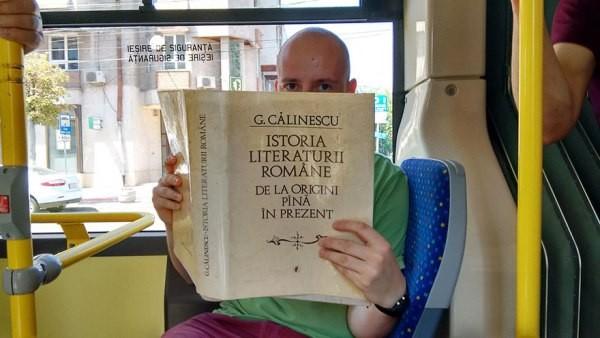Đọc sách trên xe bus... được miễn vé - anh 1