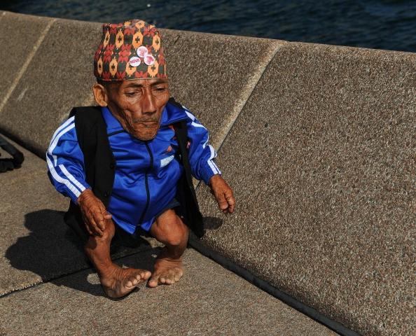 Người đàn ông thấp nhất thế giới vừa qua đời - anh 1