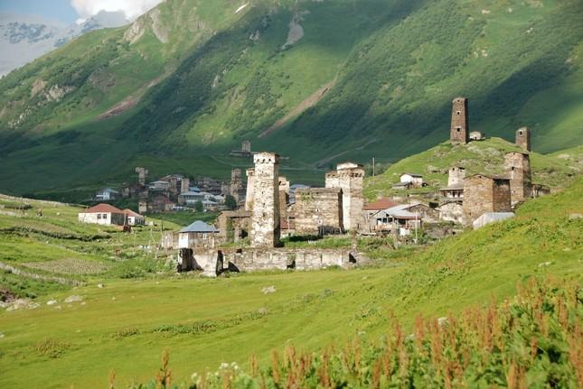 Vẻ đẹp cổ kính của ngôi làng cao nhất châu Âu - anh 1