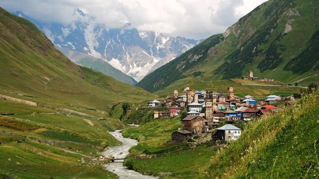Vẻ đẹp cổ kính của ngôi làng cao nhất châu Âu - anh 2