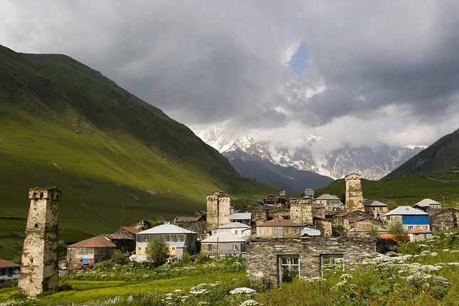 Vẻ đẹp cổ kính của ngôi làng cao nhất châu Âu - anh 3