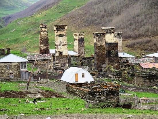 Vẻ đẹp cổ kính của ngôi làng cao nhất châu Âu - anh 5