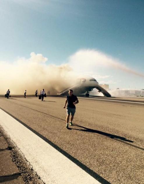 Máy bay Anh chở 172 người bất ngờ bốc cháy dữ dội - anh 1