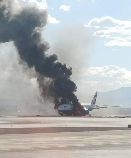 Máy bay Anh chở 172 người bất ngờ bốc cháy dữ dội - anh 2