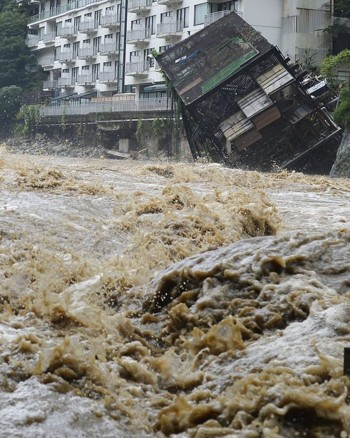 Nhật Bản: Mưa lũ hoành hành, 170.000 người sơ tán khẩn cấp - anh 1