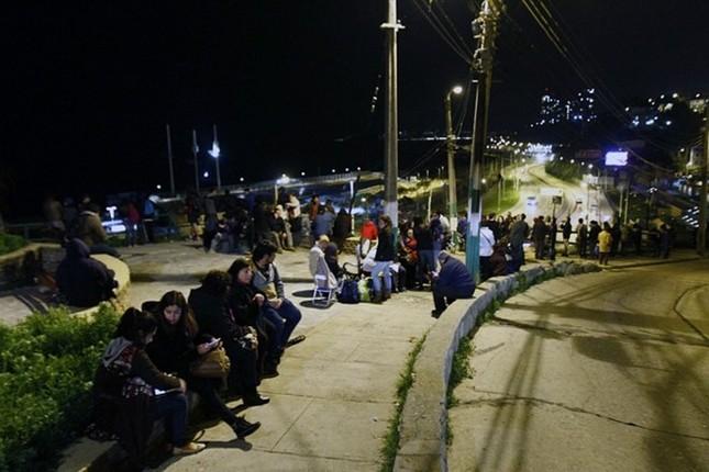Toàn cảnh hàng nghìn người dân Chile sơ tán khỏi sóng thần trong đêm - anh 2