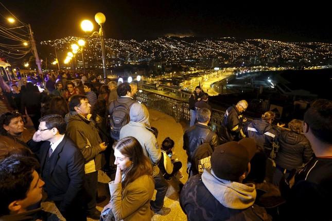 Toàn cảnh hàng nghìn người dân Chile sơ tán khỏi sóng thần trong đêm - anh 1