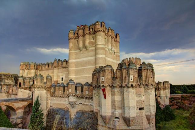 Chiêm ngưỡng vẻ đẹp tuyệt vời của 16 tòa lâu đài tráng lệ trên thế giới - anh 7