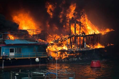 Hỏa hoạn kinh hoàng tại cảng Hong Kong, 10 tàu cháy rụi, 5 người bị thương - anh 1