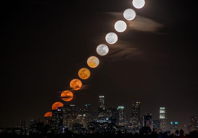 Ngắm Siêu Trăng chuyển màu trên bầu trời 'Thành phố của những Thiên thần' - anh 1