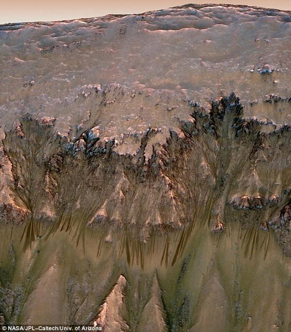 NASA chính thức công bố có nước dạng lỏng trên sao Hỏa - anh 2