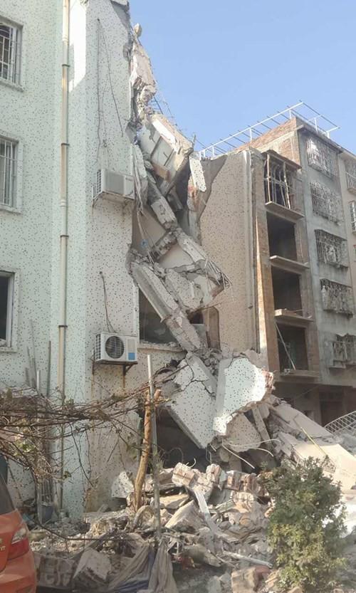 Hiện trường nát vụn sau vụ nổ bom liên hoàn ở Trung Quốc - anh 1