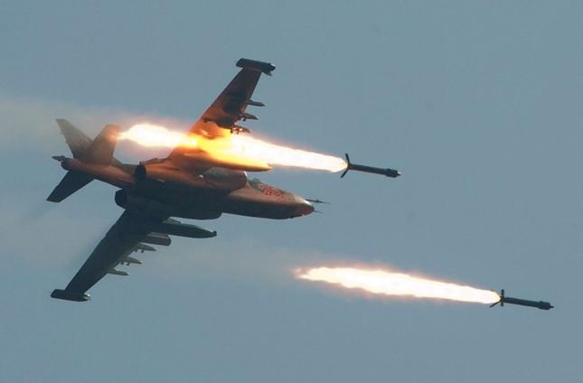 Hơn 4.000 phiến quân IS quy hàng và tháo chạy trước uy lực không tạc của Nga - anh 1