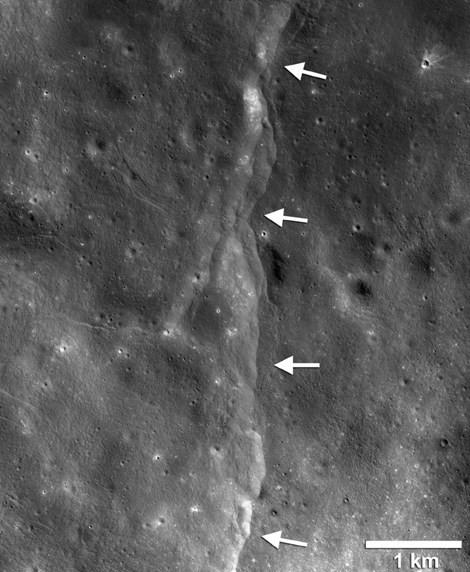 Mặt trăng xuất hiện 3.200 vết nứt do lực hút Trái đất - anh 3