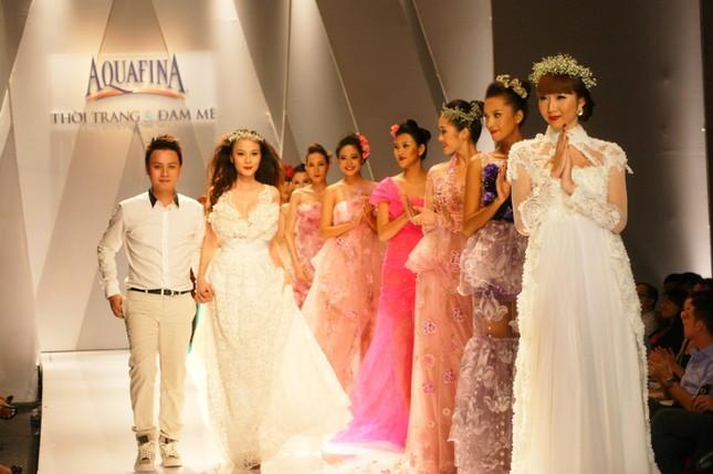 Công nghiệp thời trang vẫn loanh quanh chuyện đạo mẫu váy - anh 1