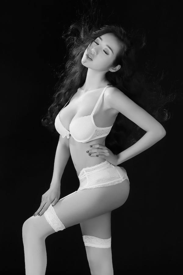 Hot: Elly Trần tung ảnh nội y đánh dấu sự trở lại - anh 1