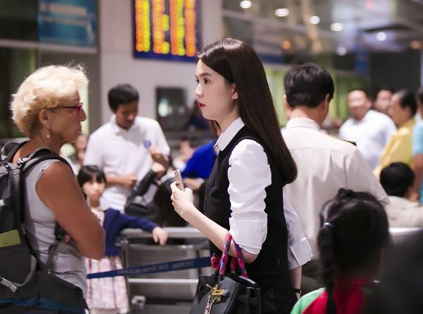 Ngọc Trinh nổi bật ở sân bay với style nữ sinh - anh 1