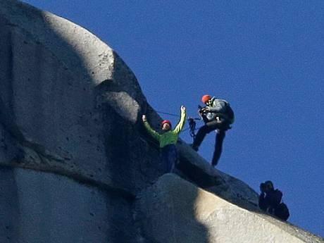Kỷ lục: Chinh phục ngọn núi hiểm nhất thế giới bằng tay không, chân đất - anh 1