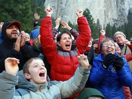 Kỷ lục: Chinh phục ngọn núi hiểm nhất thế giới bằng tay không, chân đất - anh 4
