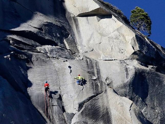 Kỷ lục: Chinh phục ngọn núi hiểm nhất thế giới bằng tay không, chân đất - anh 2