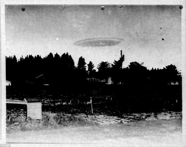 """Mỹ bất ngờ tiết lộ 12.000 tấm ảnh """"hàng hiếm"""" về UFO - anh 2"""