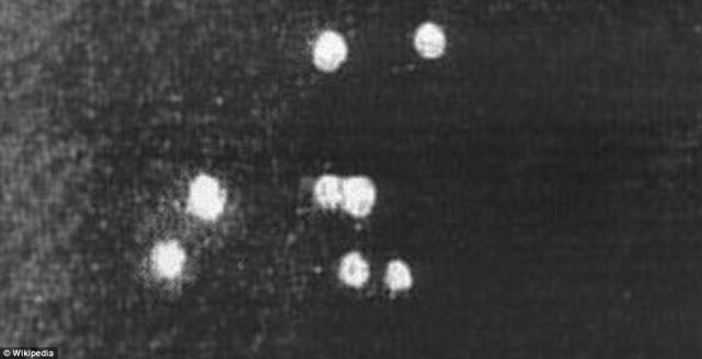 """Mỹ bất ngờ tiết lộ 12.000 tấm ảnh """"hàng hiếm"""" về UFO - anh 3"""