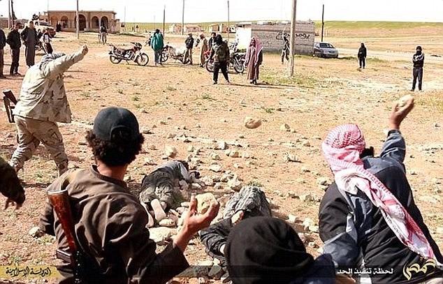 IS dùng 'bẫy' dụ đàn ông đồng tính rồi hành quyết dã man - anh 1
