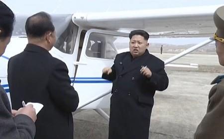 Tin tức Triều Tiên: Ông Kim Jong-un đích thân lái thử nghiệm máy bay tự sản xuất - anh 1