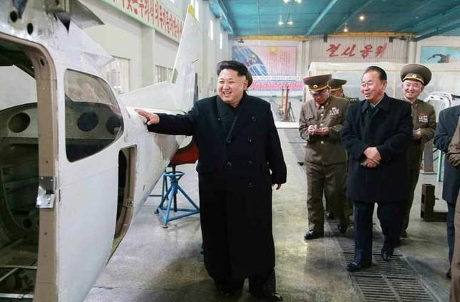 Tin tức Triều Tiên: Ông Kim Jong-un đích thân lái thử nghiệm máy bay tự sản xuất - anh 2