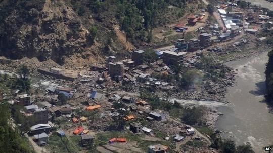 Trực thăng cứu trợ Mỹ vỡ tan tành trong động đất Nepal - anh 2