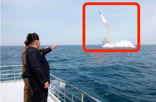 """Mỹ """"bóc mẽ"""" công nghệ photoshop ảnh phóng tên lửa từ tàu ngầm của Triều Tiên - anh 1"""