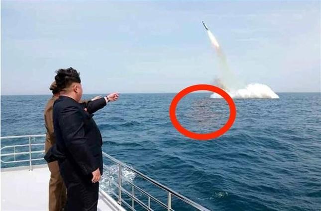 """Mỹ """"bóc mẽ"""" công nghệ photoshop ảnh phóng tên lửa từ tàu ngầm của Triều Tiên - anh 2"""