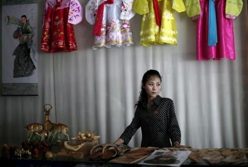 Triều Tiên: Đàn ông bất tài, phụ nữ kiếm tiền nuôi gia đình - anh 1