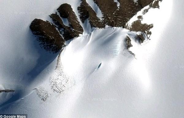 Phát hiện vật thể nghi UFO vùi trong tuyết ở Nam Cực - anh 1