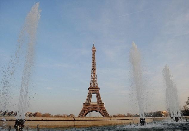 Tháp Eiffel đóng cửa vì nghi khủng bố tấn công - anh 1
