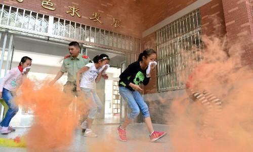Diễn tập chữa cháy, hơn 190 học sinh bị ngộ độc khí - anh 1