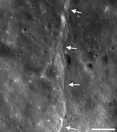 Mặt Trăng ngày càng teo nhỏ đi vì.... Trái đất - anh 1