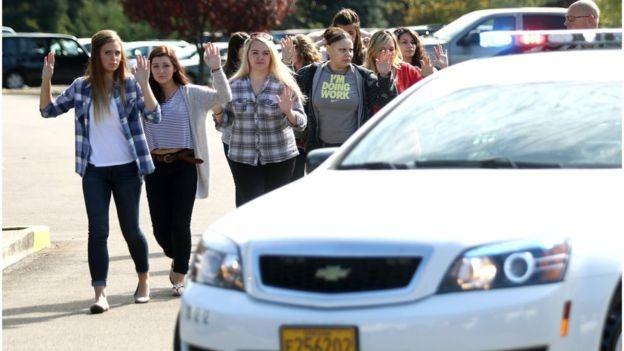 Mỹ: Xả súng kinh hoàng ở trường học, ít nhất 13 người chết - anh 2
