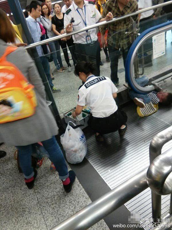 Trung Quốc: Ác mộng thang cuốn tái diễn, bé 4 tuổi tử vong - anh 3